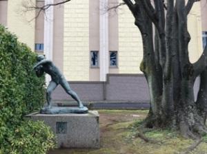 歯科大学の彫刻